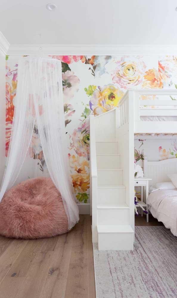 O puff gigante de pelúcia traz romantismo e delicadeza para a decoração do quarto das meninas maiores