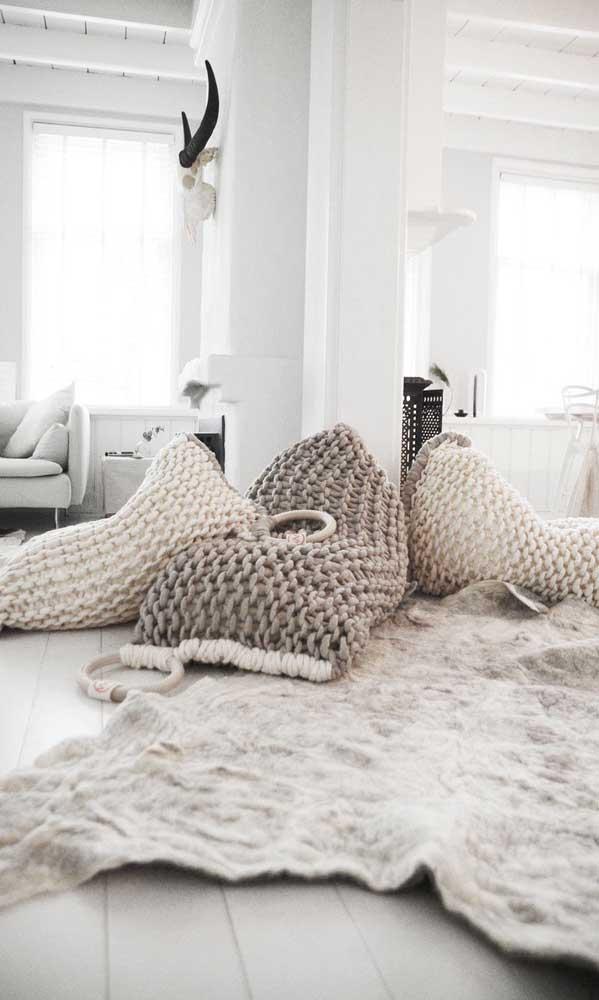 Puffs de crochê espalhados pelo chão: perfeitos para aqueles dias de preguiça