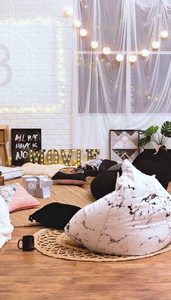 Que tal criar um ambiente super acolhedor no quarto para receber os amigos? Faça isso usando vários tipos de puffs