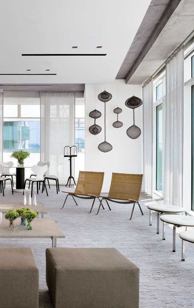 O gesso acartonado no teto permite uma série de intervenções, especialmente de luz