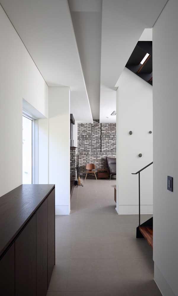 A faixa que acompanha o teto rebaixado de gesso provoca um efeito visual de continuidade muito interessante para o ambiente