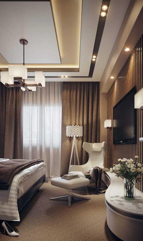 Um sistema de iluminação completo nesse quarto que só foi possível com o teto rebaixado de gesso