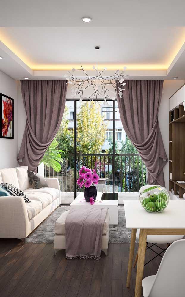 Inspire-se nessa clássica sanca de gesso com iluminação embutida na sala de estar