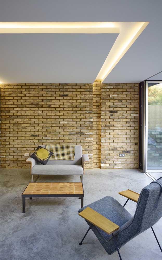 Que lindo contraste entre a elegância do gesso com a rusticidade da parede de tijolinhos