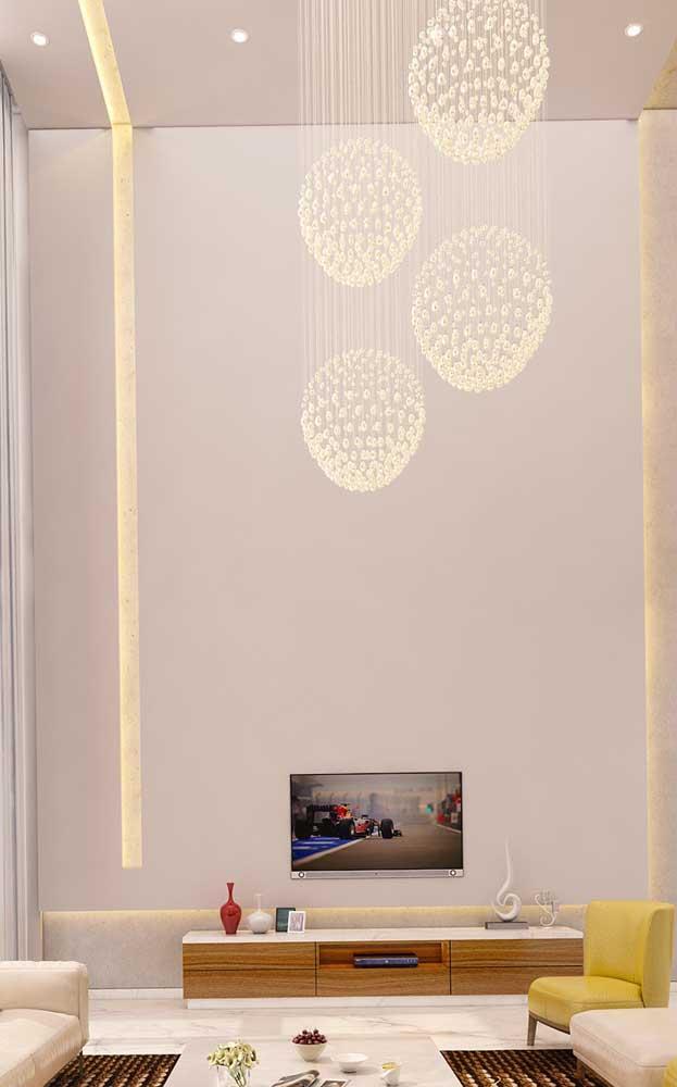 Parede e teto de gesso acartonado com destaque para a faixa vazada e iluminada