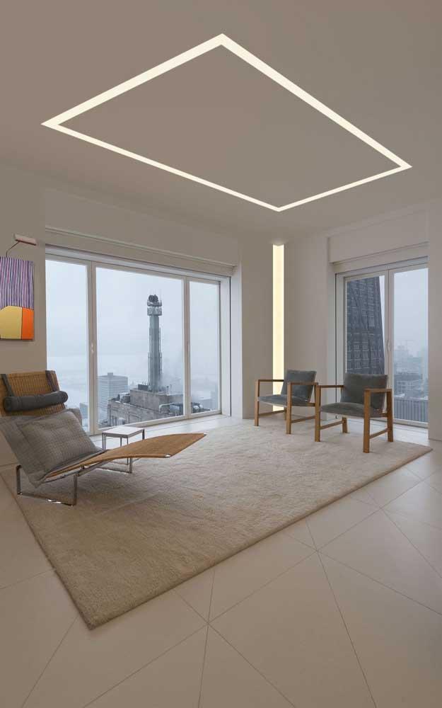A sala de estar minimalista não poderia ter escolhido melhor o tipo de teto de gesso