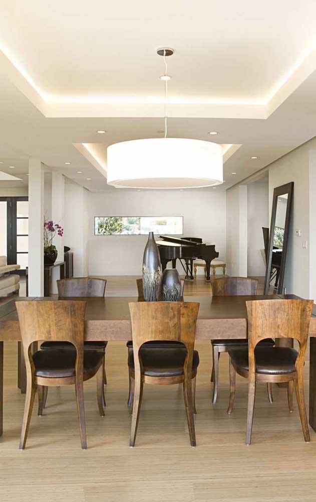 A iluminação vinda do teto de gesso favorece a integração entre os ambientes