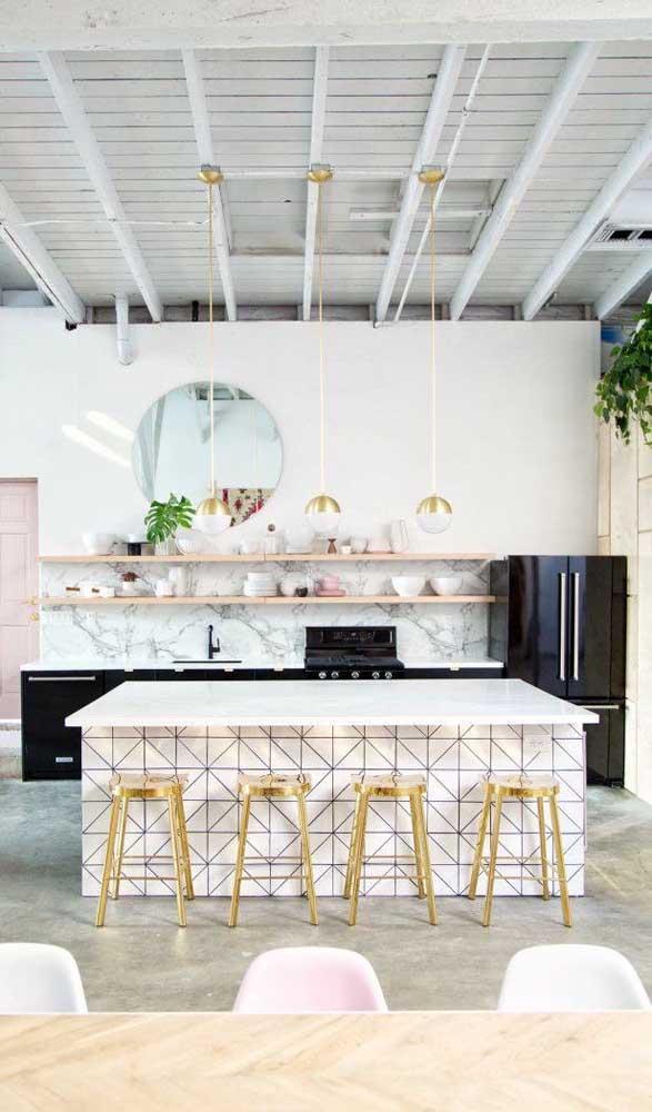 Cozinhas delicadas e românticas também comportam muito bem a geladeira preta