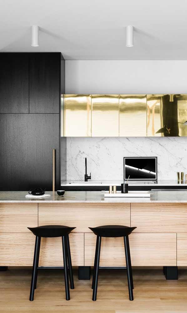 E que tal unir a elegância da geladeira preta com o glamour do dourado?