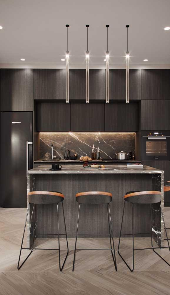 A dupla geladeira e fogão na cor preta é tudo o que essa cozinha precisava