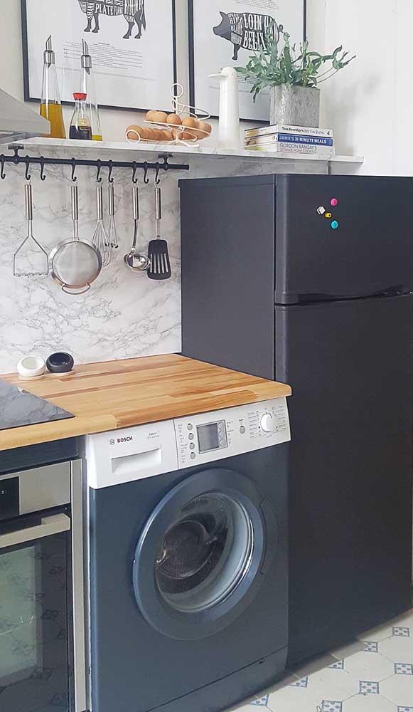 Não compre uma geladeira nova! Faça o envelopamento com adesivo preto
