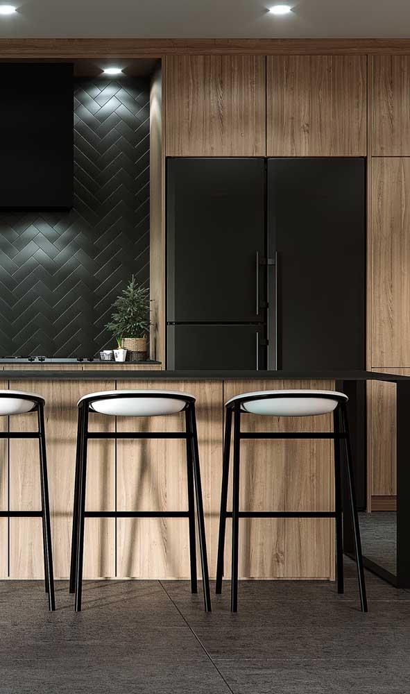 Um luxo essa cozinha amadeirada com geladeira preta side by side