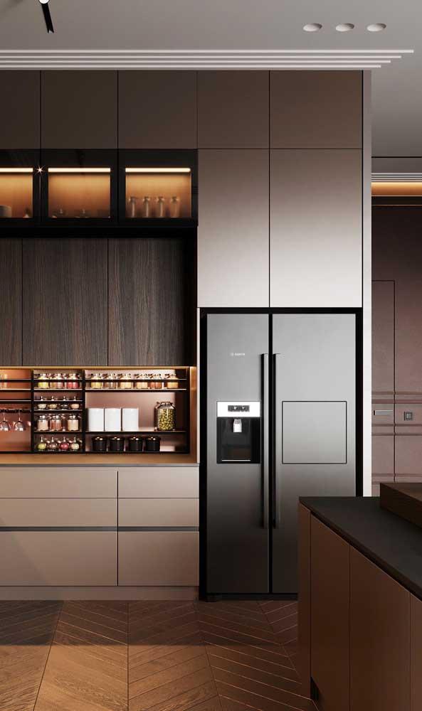A geladeira preta se destaca nessa cozinha de pé direito alto