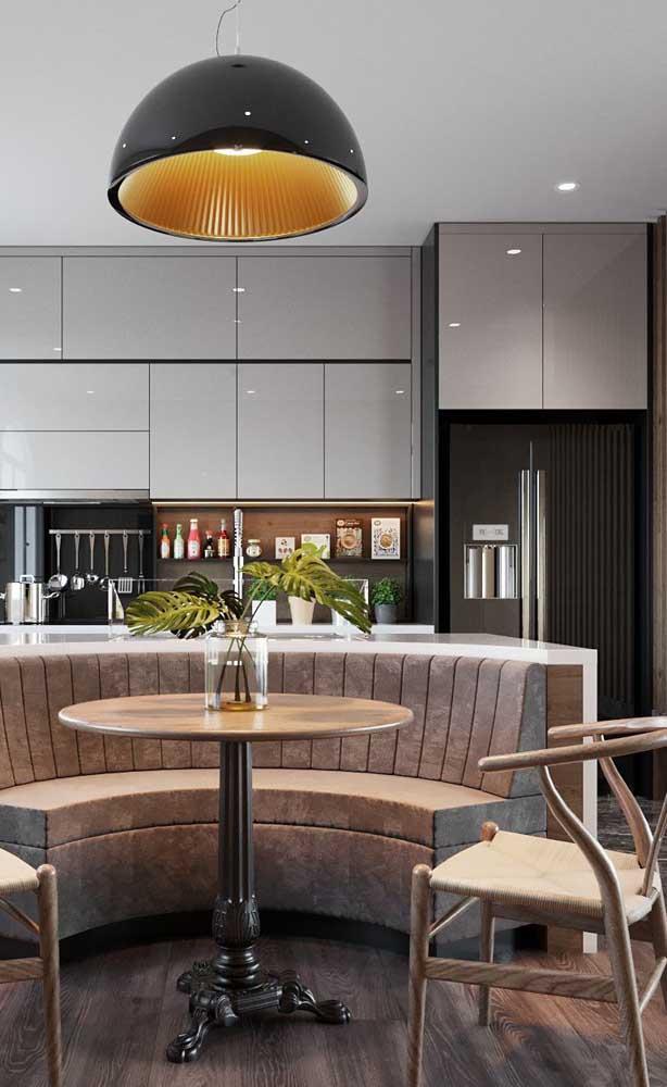 Uma ótima combinação para cozinhas modernas: geladeira preta e armários cinzas