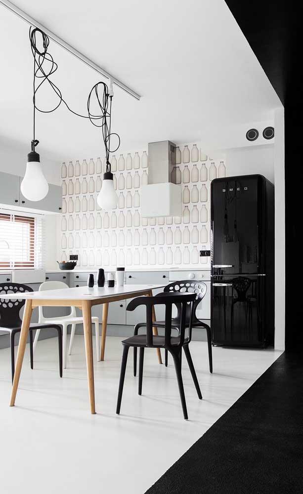 Geladeira preta inverse em combinação perfeita com as cadeiras da mesa de jantar