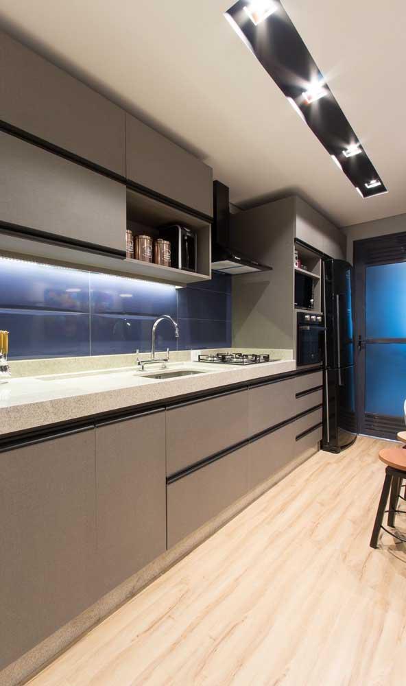 Geladeira preta para fechar a composição de eletrodomésticos na mesma cor