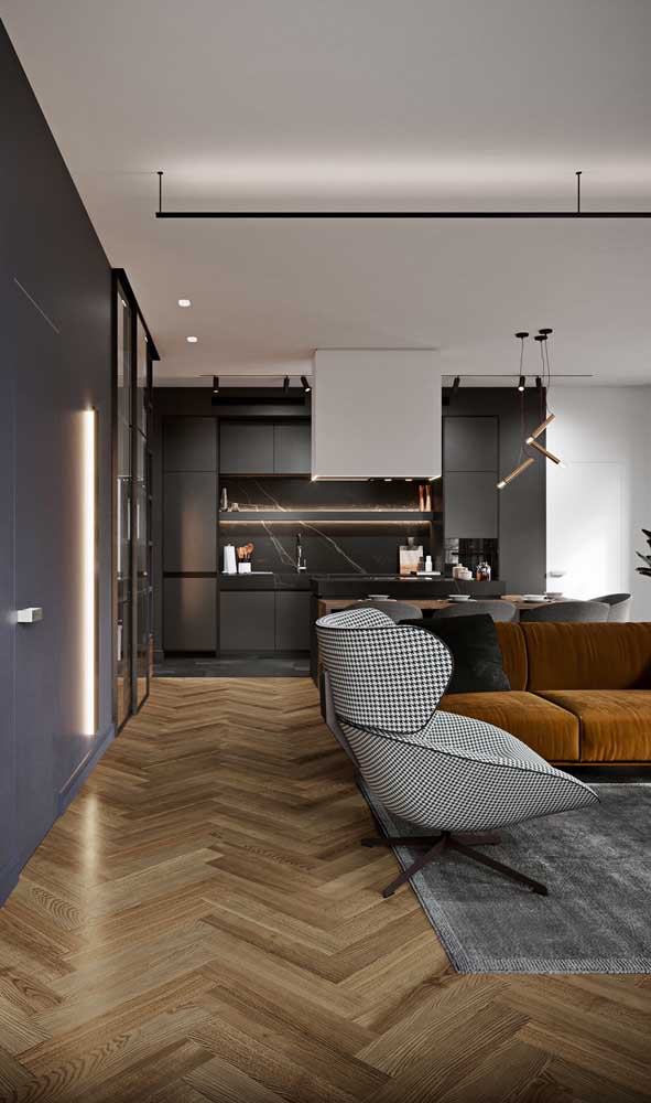 Geladeira preta entre a cozinha e a sala de estar
