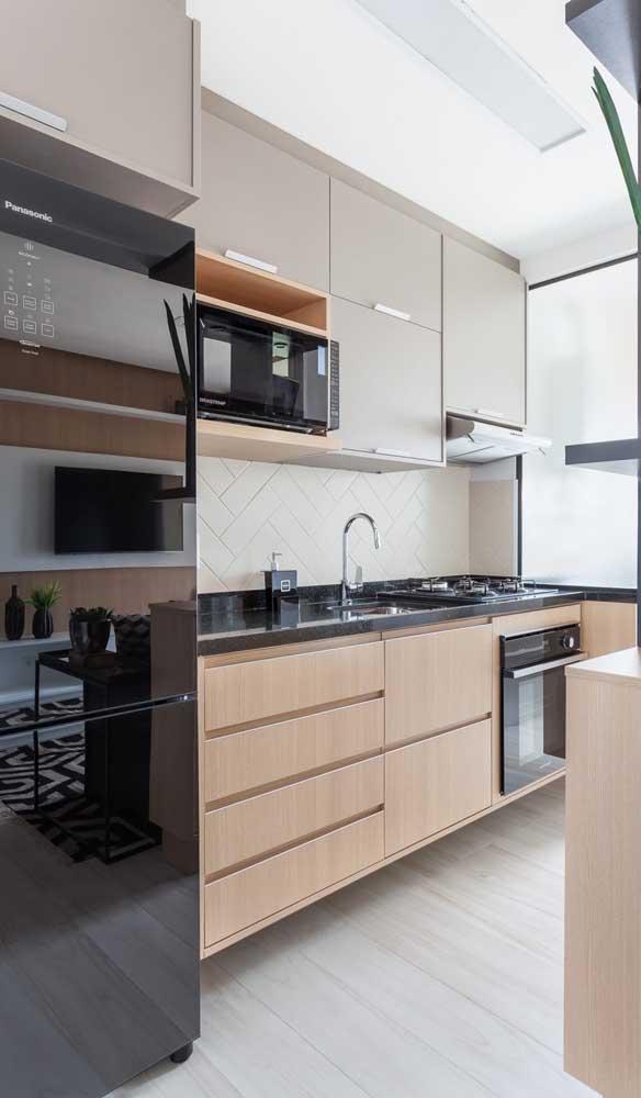 Geladeira preta, inverse, com painel digital para deixar sua cozinha linda e tecnológica