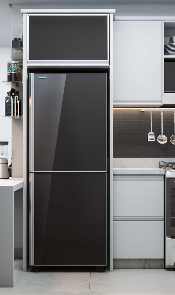 Uma geladeira preta na maior simplicidade do mundo
