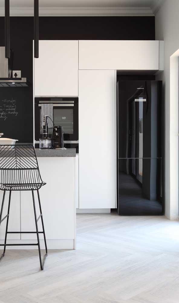 O clássico preto e branco reina nessa cozinha
