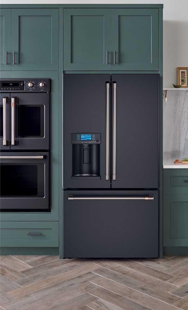 Com um pouco mais de ousadia, no entanto, é possível pensar numa decor como essa: armários verdes e geladeira preta side by side