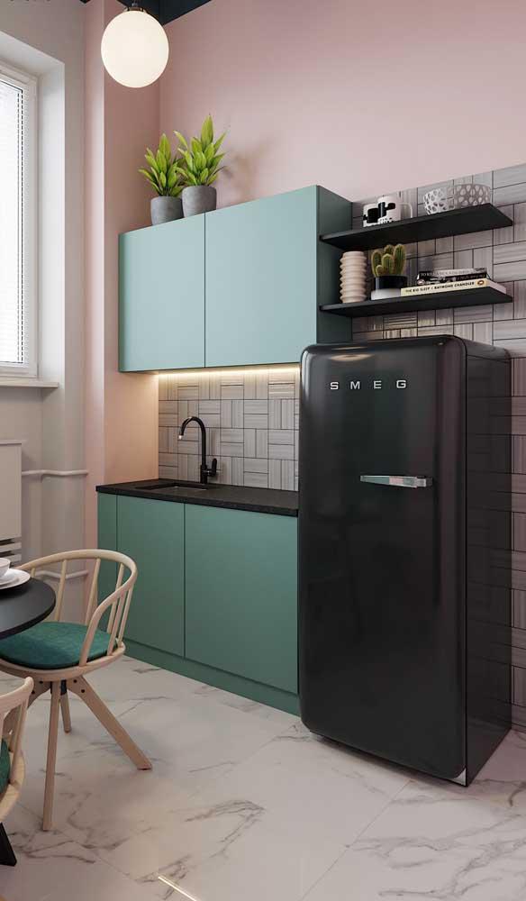 Geladeira preta retrô para a cozinha de cores suaves