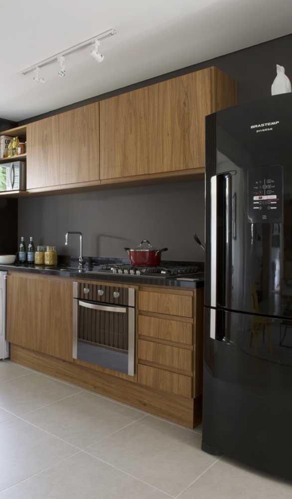 A combinação entre madeira e geladeira preta é incrível! Não tem como dar errado!