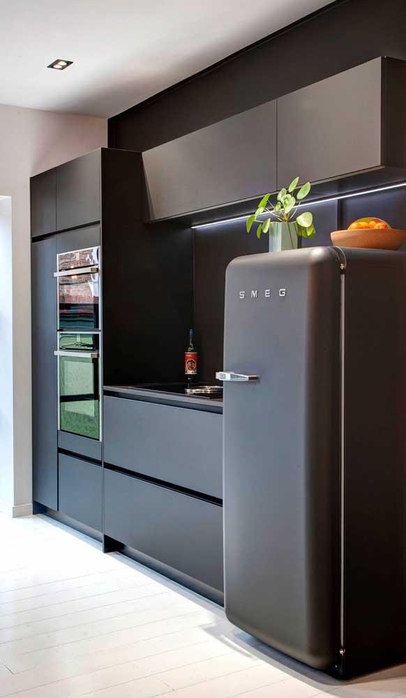 A neutralidade elegante que só uma cozinha preta tem para passar