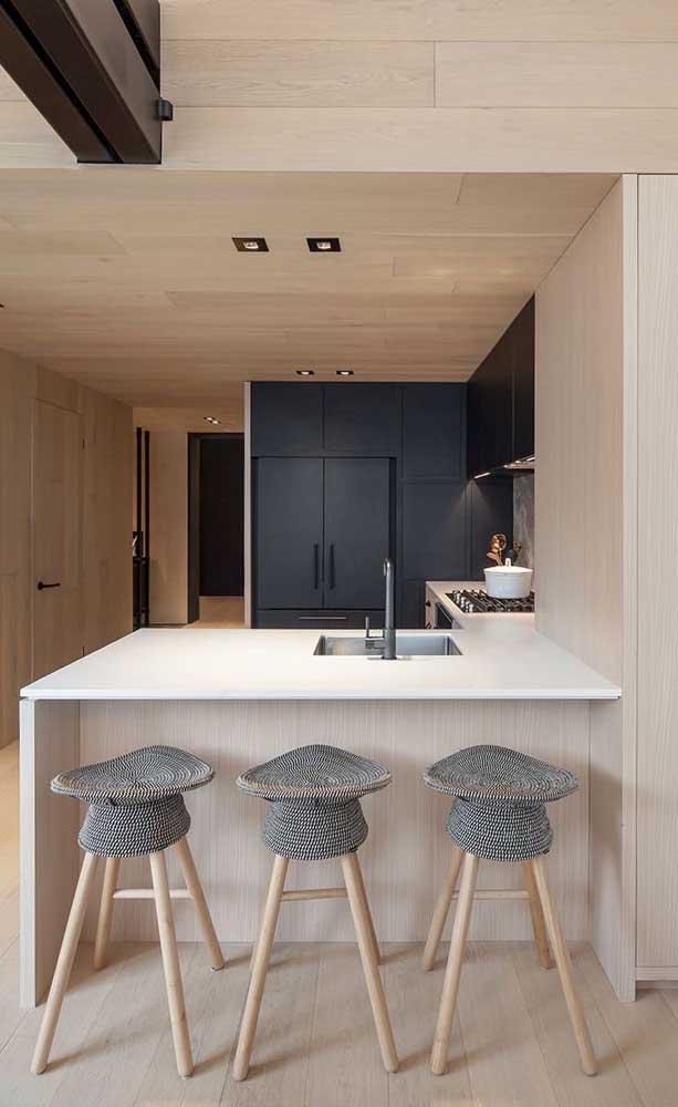 Mais uma vez o amadeirado formando dupla com a geladeira preta para você não ter dúvidas de que essa combinação funciona – e muito!