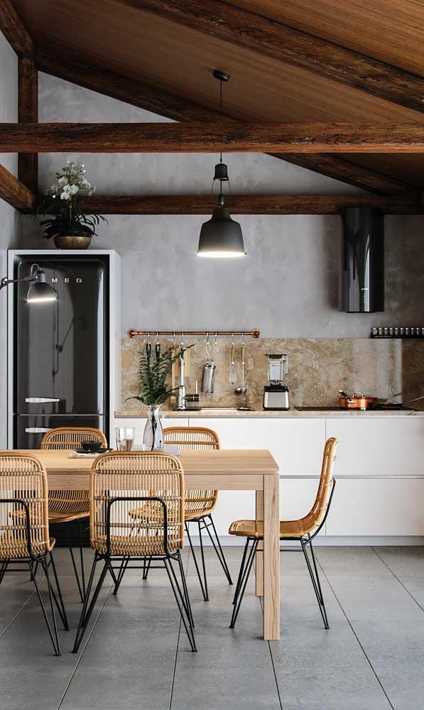 A geladeira preta também se ajusta bem com propostas rústicas de decoração