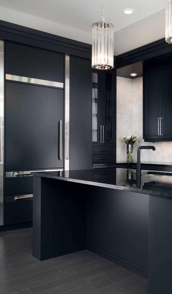 Molduras pratas em torno da geladeira preta para elevar o nível de refinamento dessa cozinha