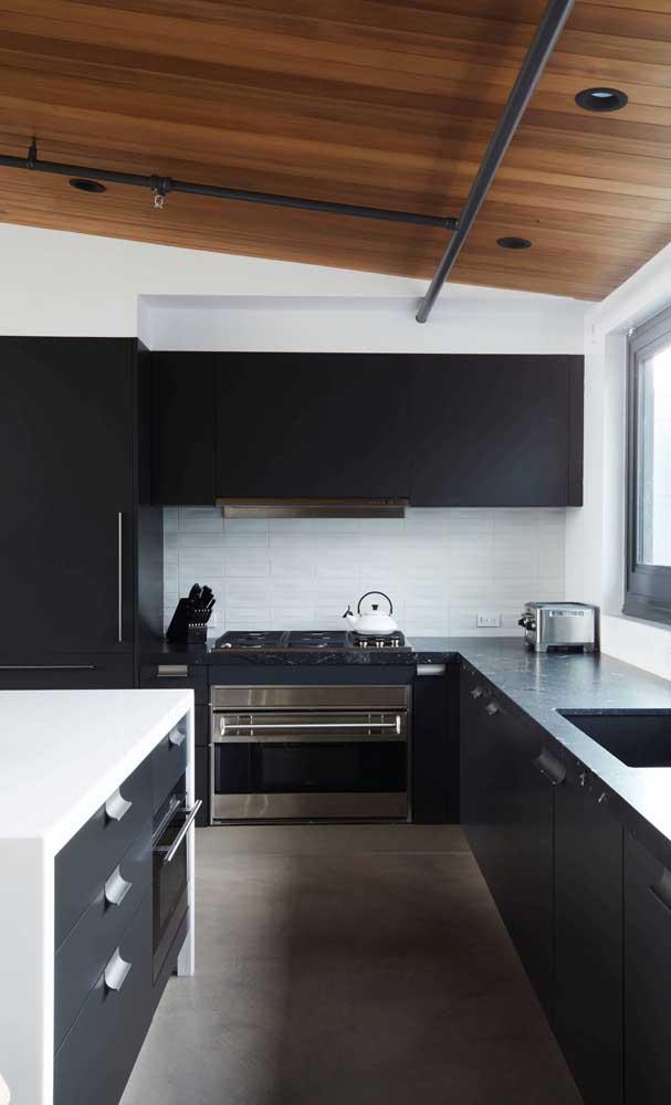 Cozinha grande? Pode apostar sem medo em uma decoração preta, incluindo a geladeira