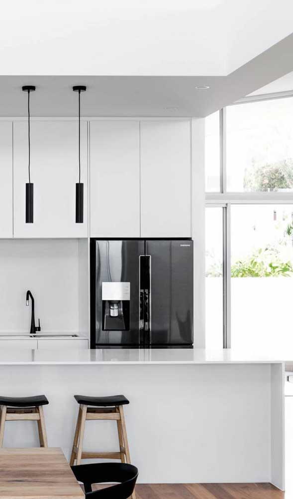 Nada mais elegante e, contraditoriamente simples, do que geladeira preta e armários brancos