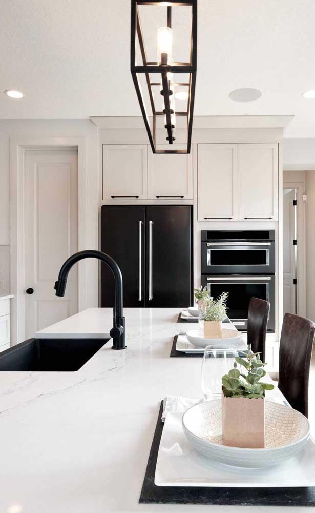 O preto e branco também se destaca nessa cozinha, só que dessa vez com uma pegada mais clássica