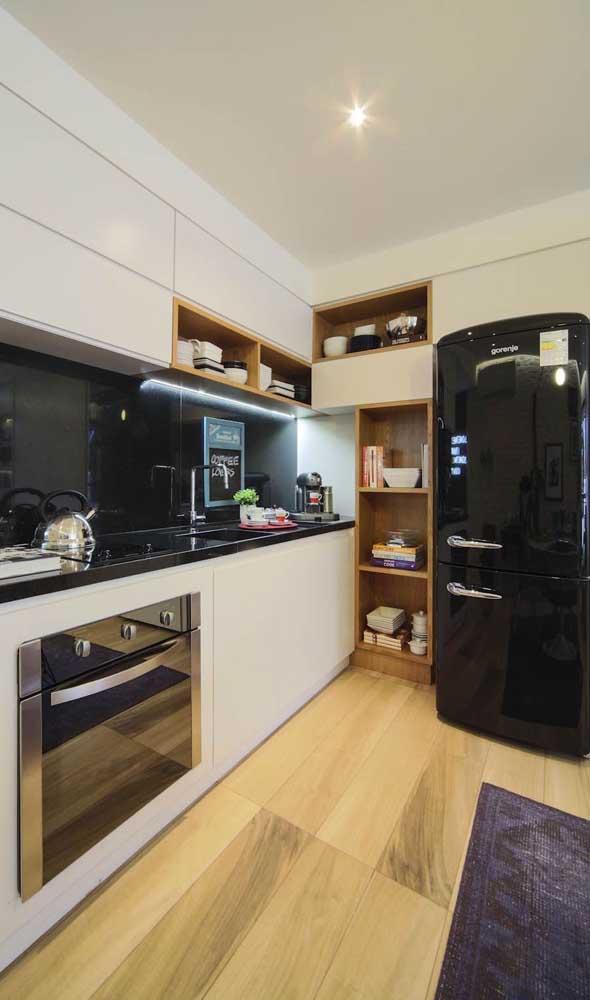 Elegância brilhante na cozinha com a geladeira preta