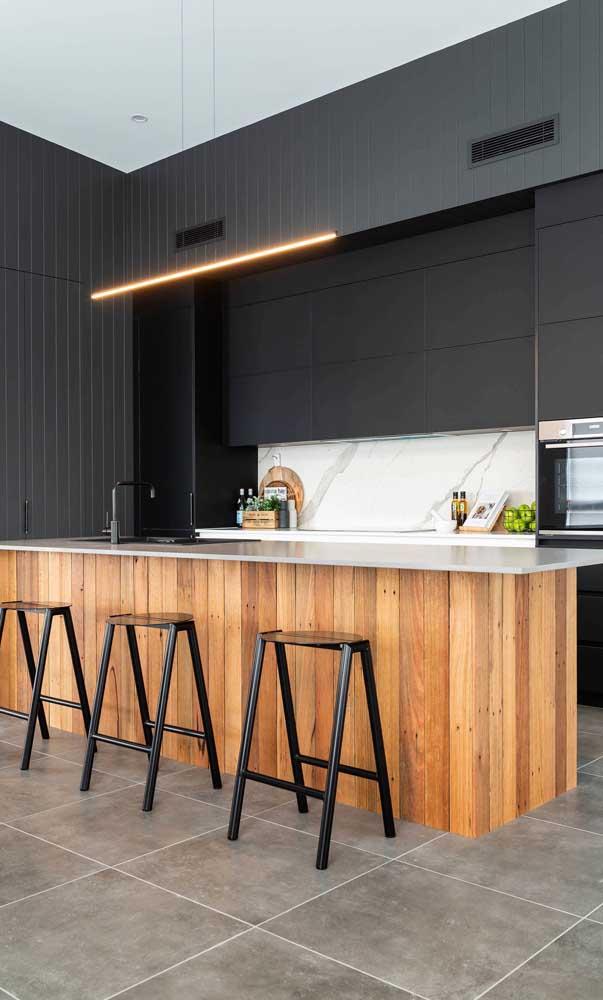Consegue localizar a geladeira preta nessa cozinha?