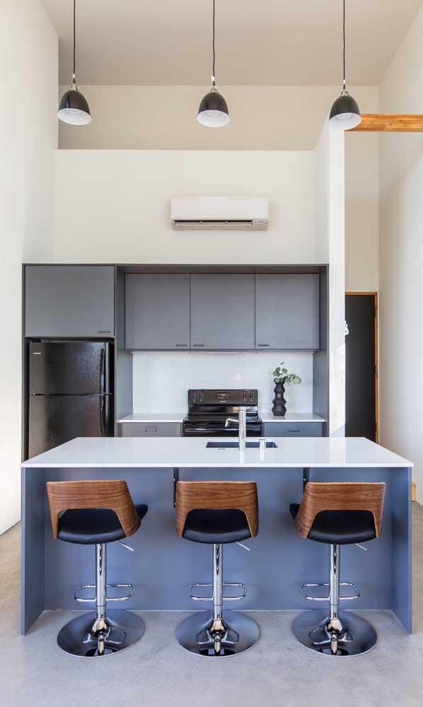 Uma simples geladeira frost free adesivada de preto pode mudar o visual da sua cozinha