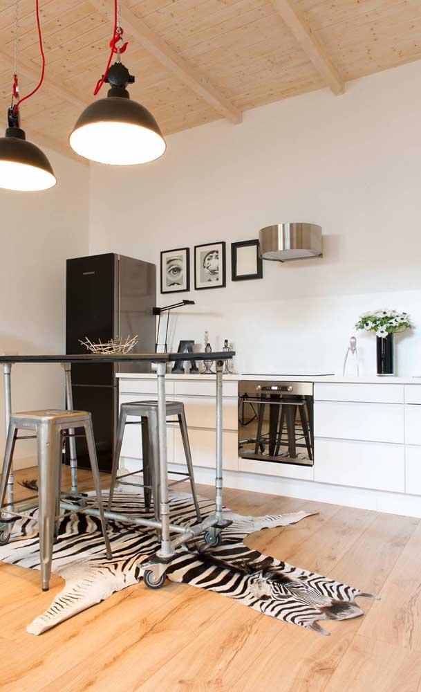 Cozinha simples, moderna e com uma geladeira preta para atrair a atenção