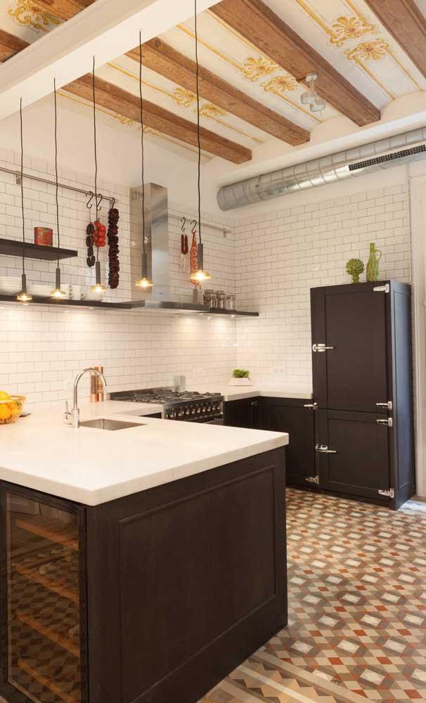 Essa outra cozinha que mescla estilos trouxe uma geladeira preta retrô para completar a decor