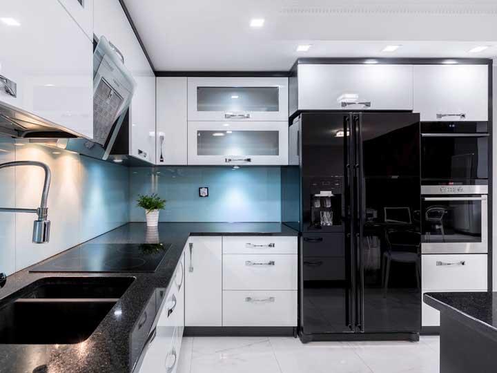 O granito preto ajuda a valorizar a proposta de uso da geladeira preta