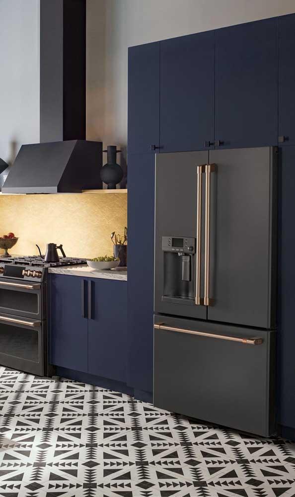 Um show de elegância essa cozinha de armários azuis com a geladeira preta side by side
