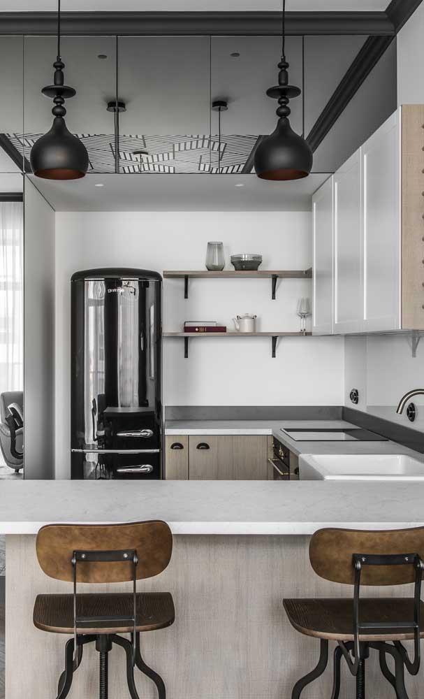 Cozinha moderna com geladeira preta contrastando com o branco de fundo