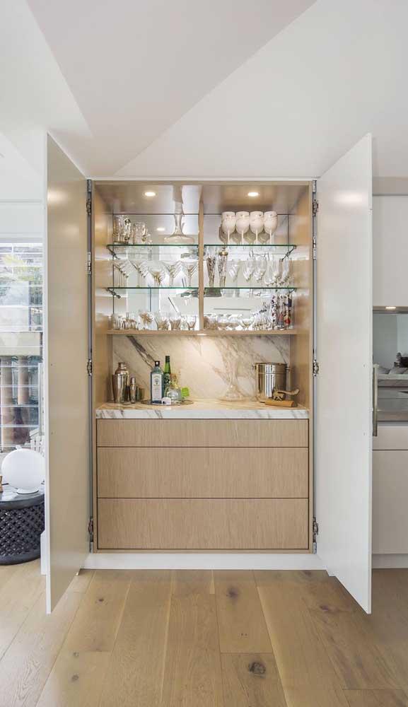 Super charmoso e elegante esse home bar com prateleiras de vidro embutido na parede
