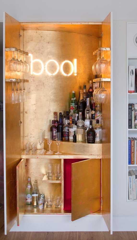 Um pouco de dourado para trazer glamour e luzes indiretas para realçar a decor do home bar