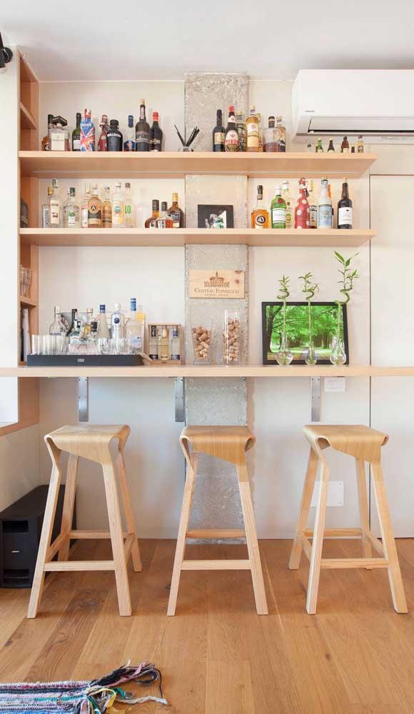 Um home bar muito simples e fácil de fazer. Repare que aqui foram usadas apenas prateleiras de madeira e algumas banquetas