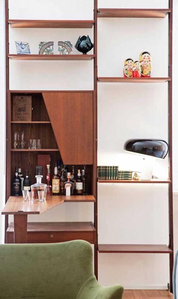 O cantinho na estante da sala se tornou o lugar ideal para acomodar o pequeno home bar