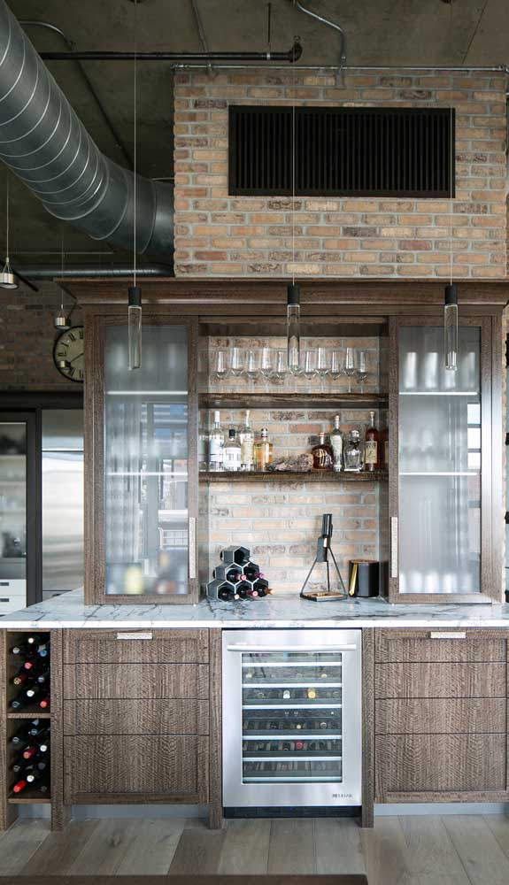 Home bar cheio de estilo para a casa de influência industrial