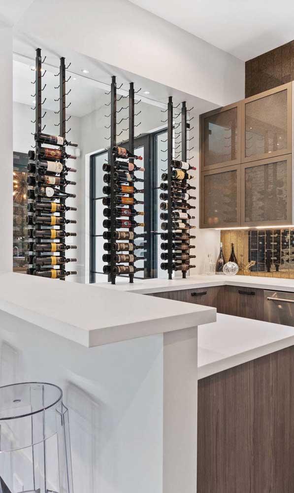 Os vinhos se destacam nesse home bar montado junto com a cozinha