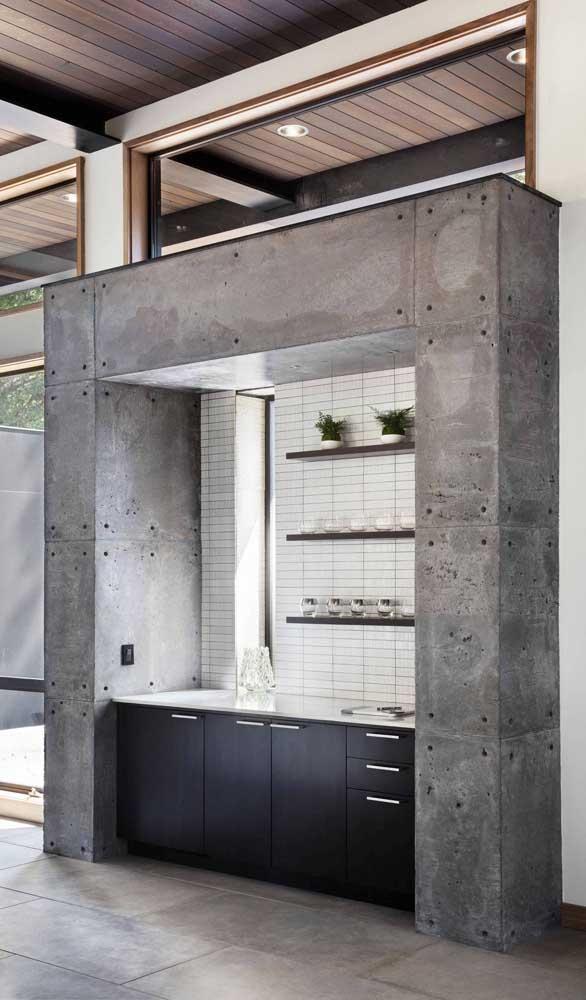 Home bar grande montado dentro da estrutura de concreto aparente