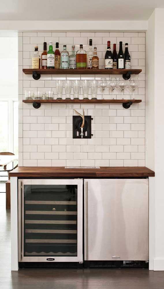 Nas prateleiras, bebidas, taças e copos. Logo abaixo, a dupla de frigobar dá conta das bebidas que precisam de refrigeração